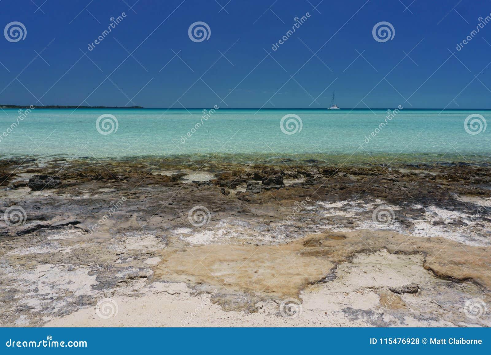 Skalista Bahama plaża z żaglówką