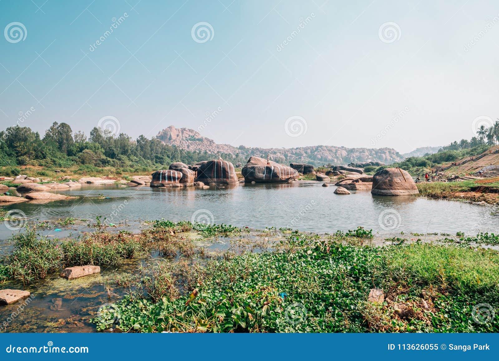 Skalista góra i rzeka w Hampi, India