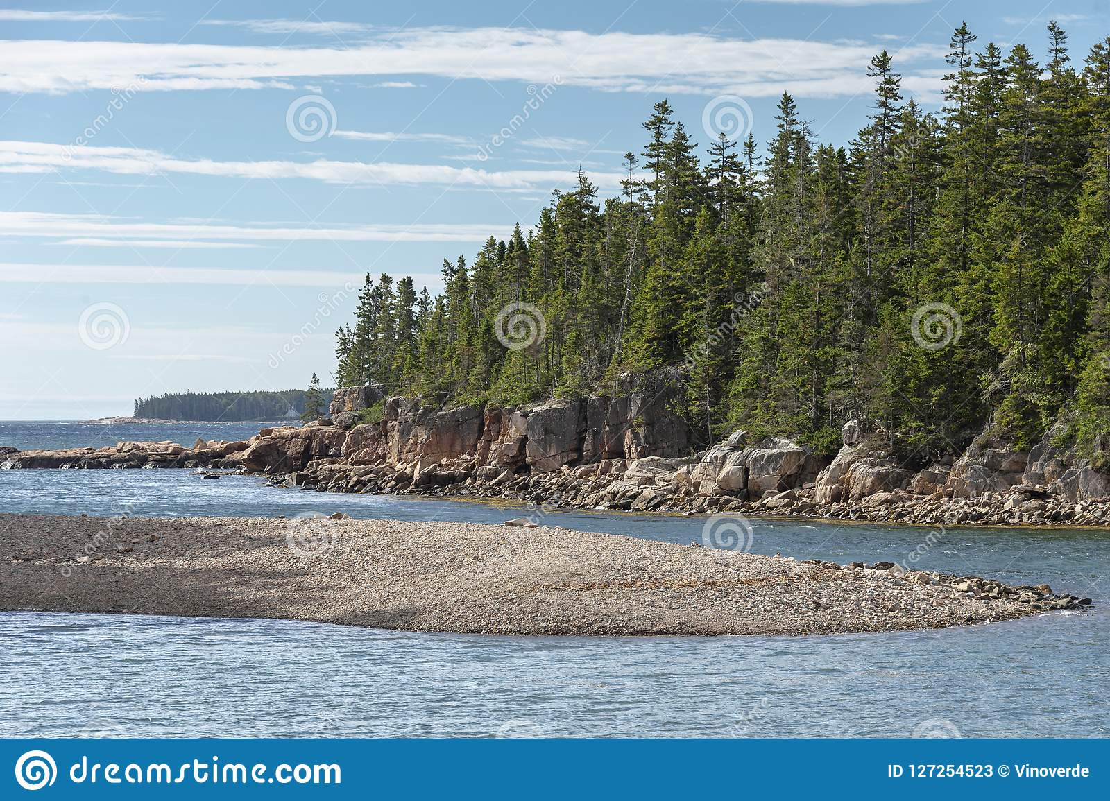 Skalista plaża na statku schronienia natury śladzie