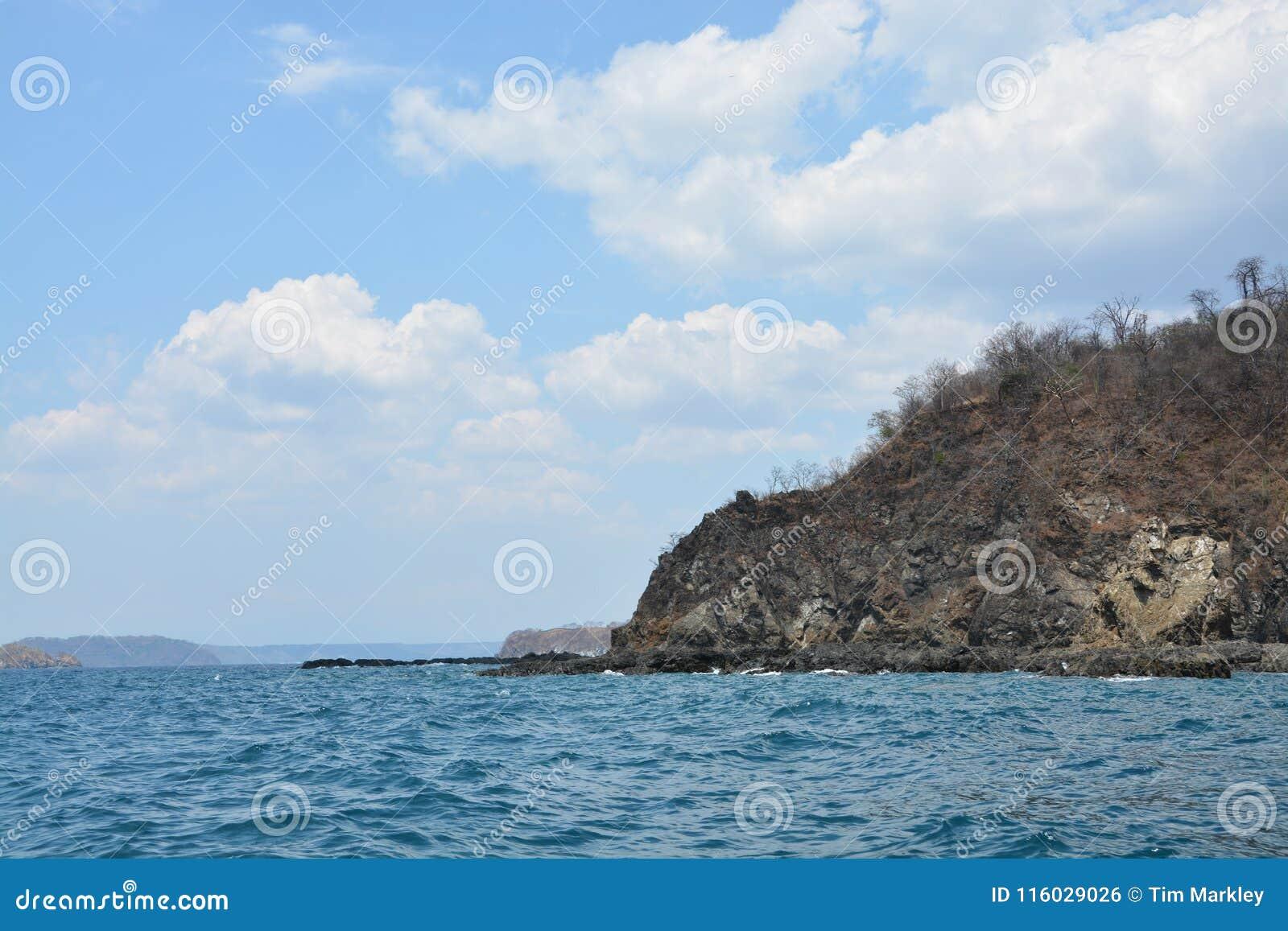 Skalisty brzeg wzdłuż wybrzeże pacyfiku