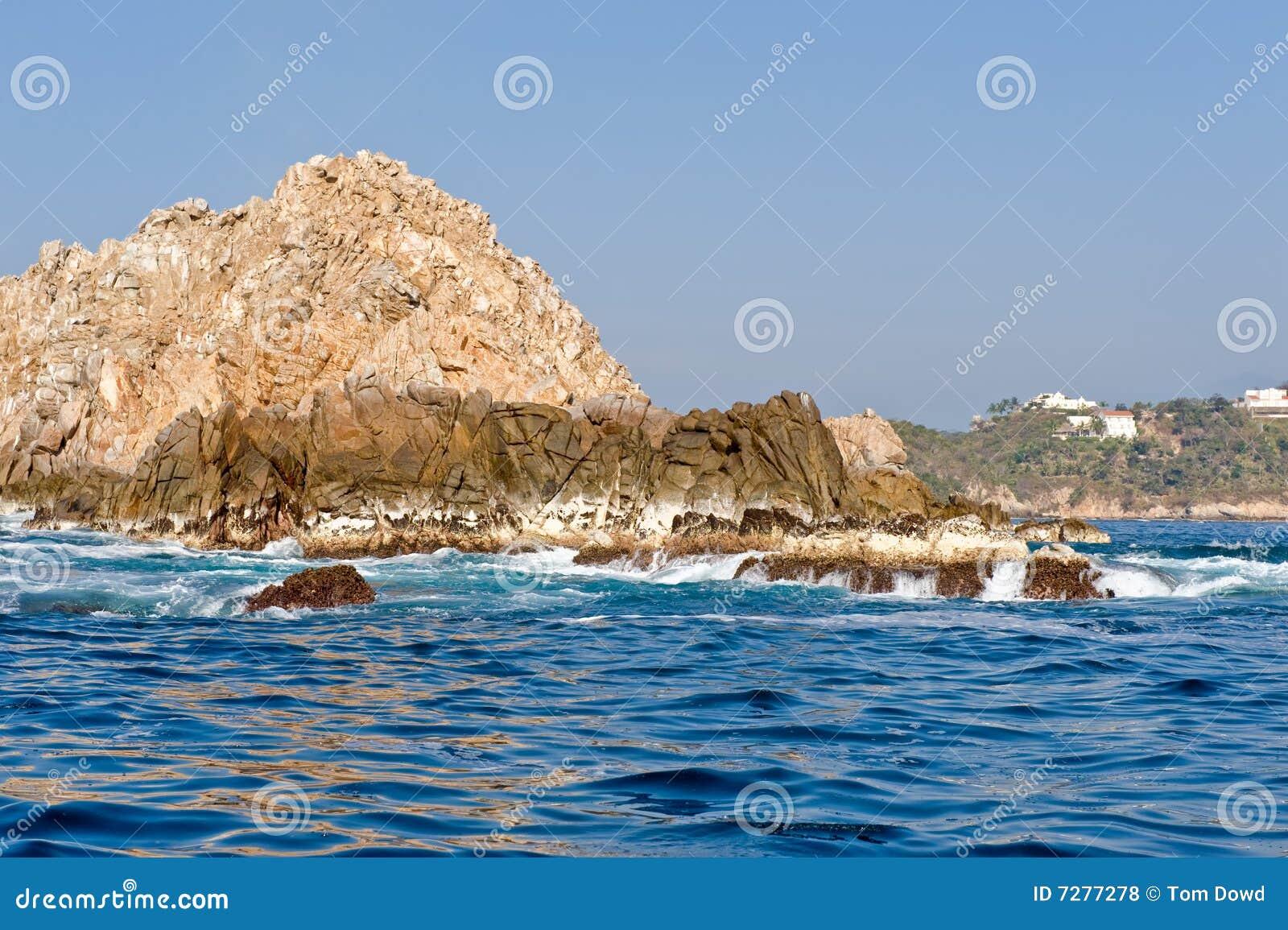 Skalisty linii brzegowej huatulco