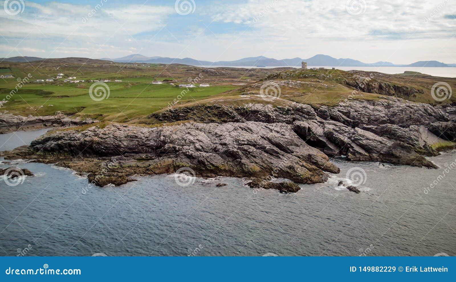 Skalisty wybrzeże Malina głowa w Irlandia - widok z lotu ptaka od trutnia