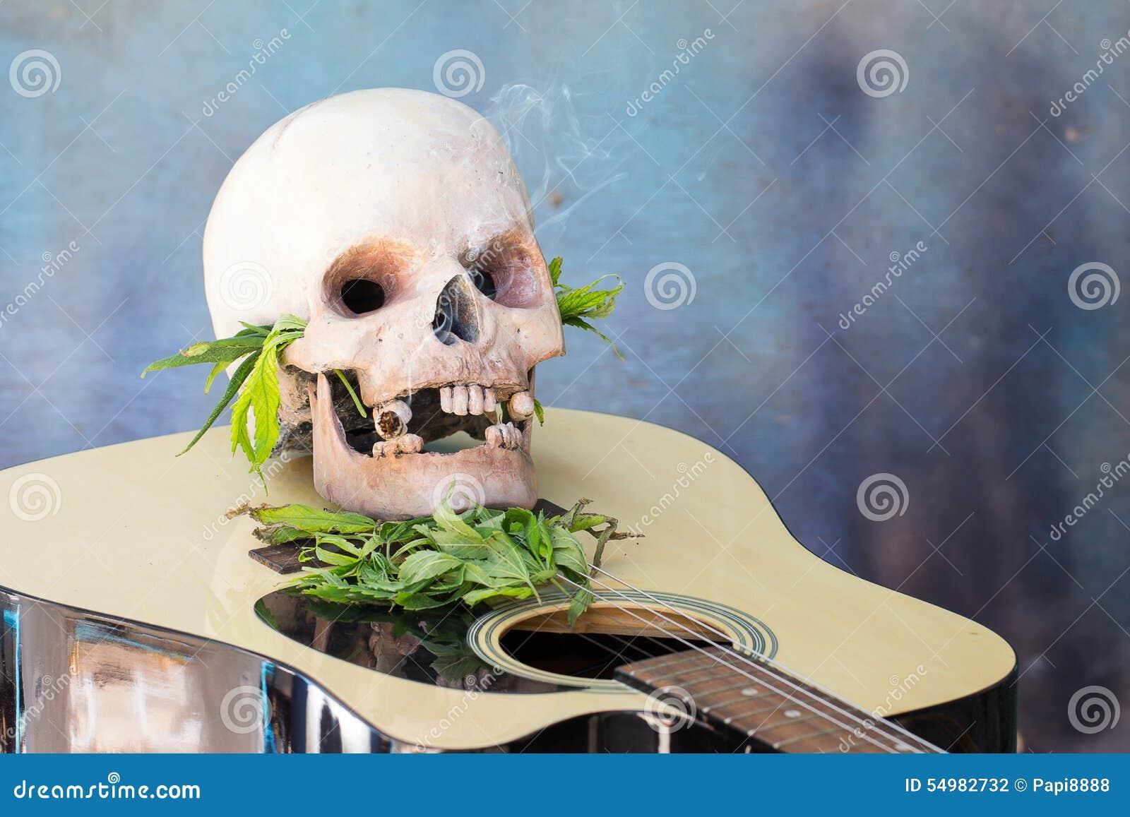 Skalle på gitarr- och gräsplancannabisbladet