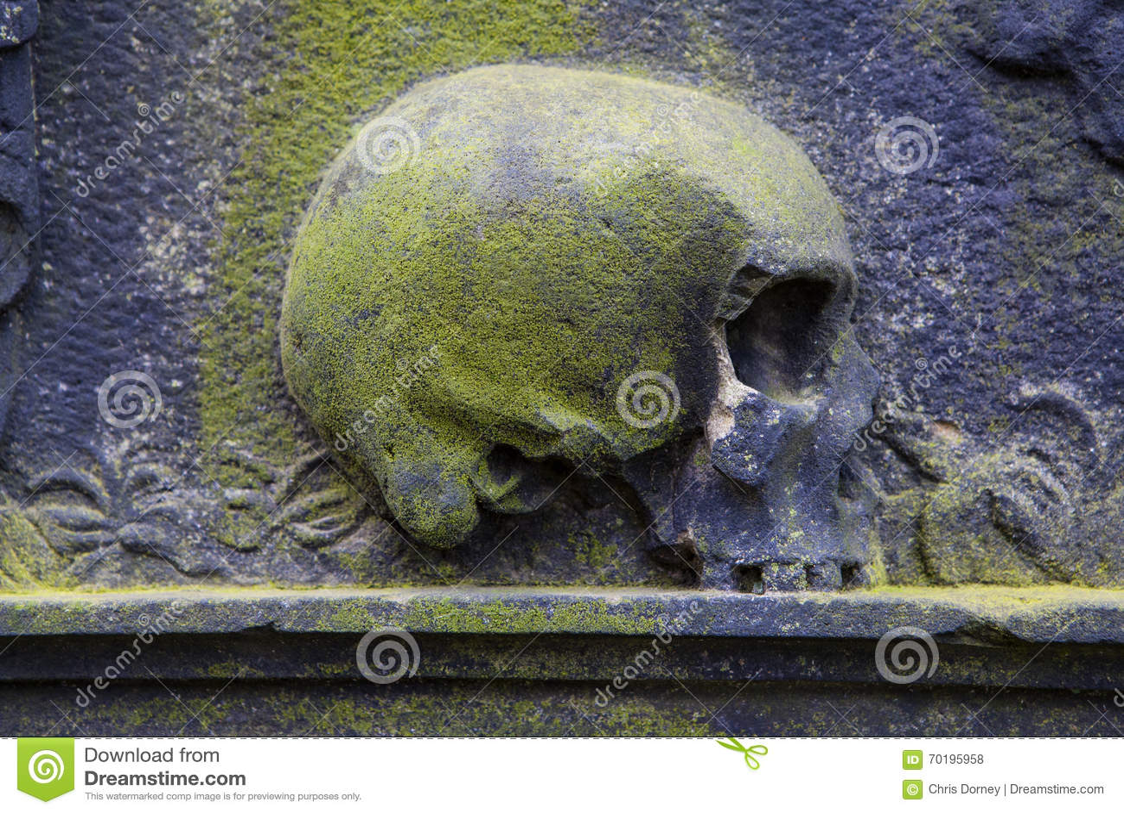 Skalleskulptur på en grav