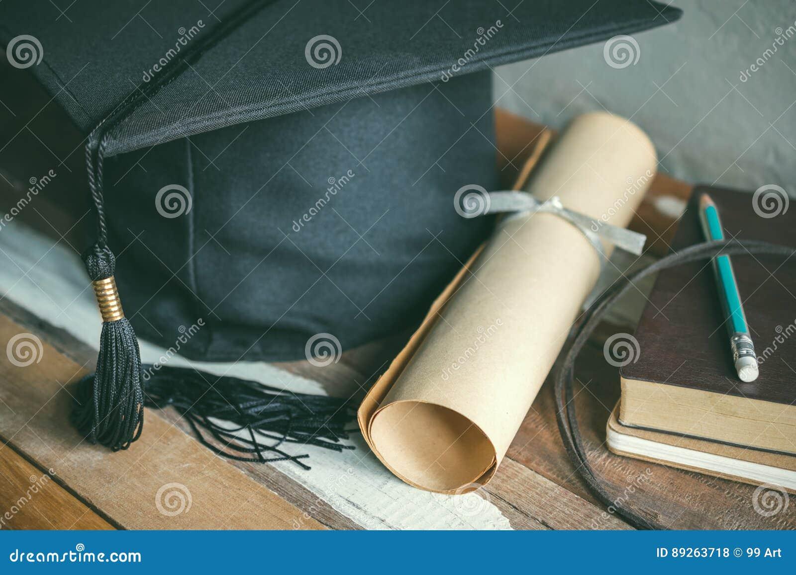 Skalowanie nakrętka, kapelusz z stopnia papierem na drewno stołu skalowaniu c