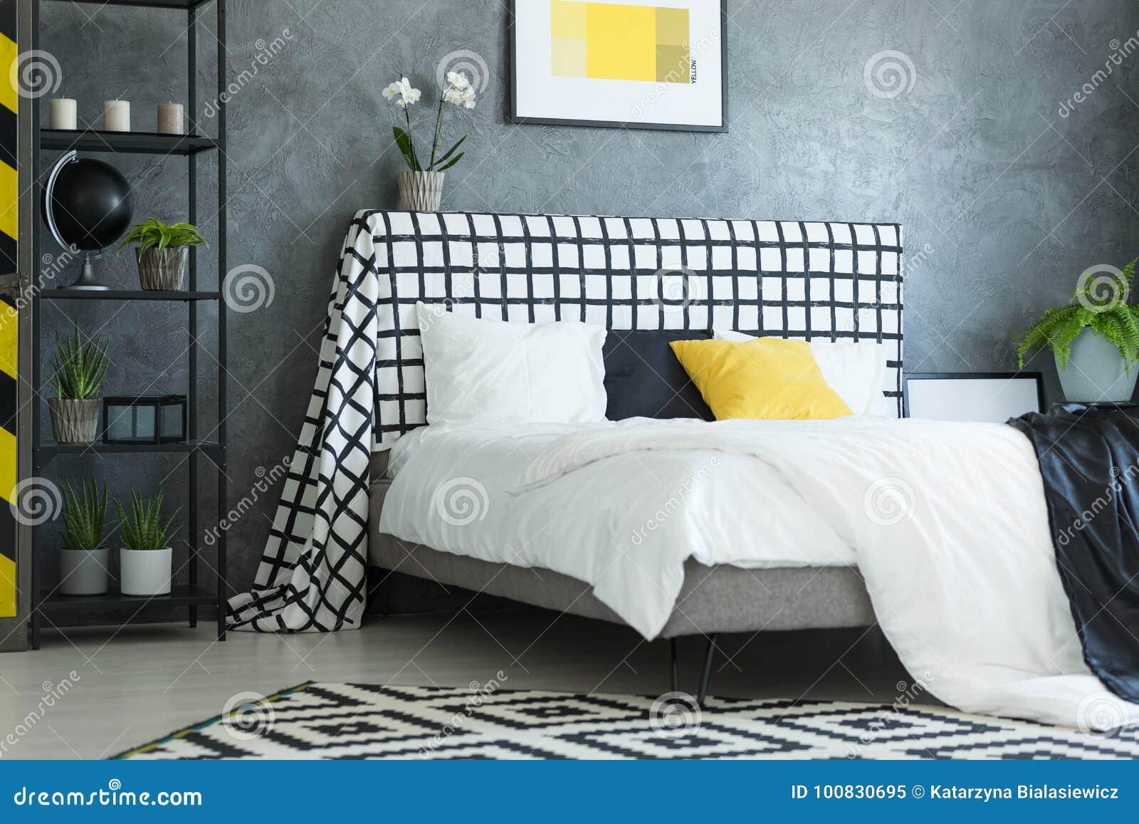 Skandinavische slaapkamer met witte orchidee