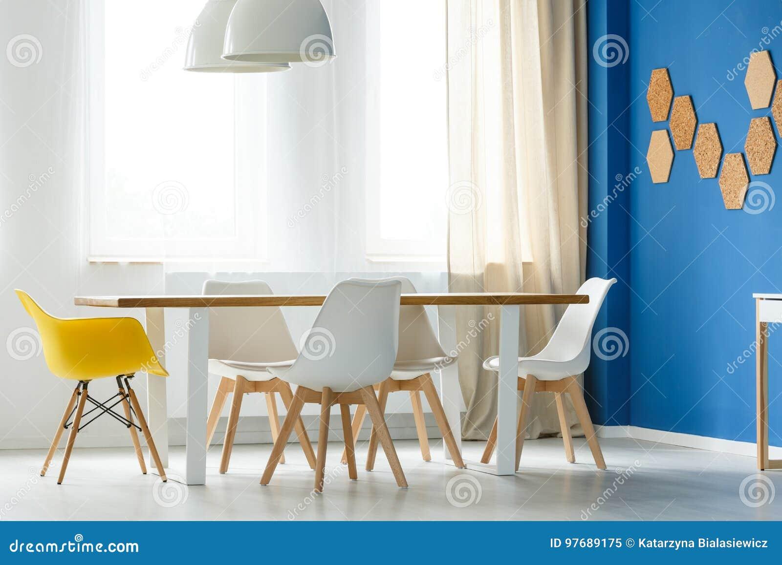 Skandinavische Weiße Und Gelbe Stühle