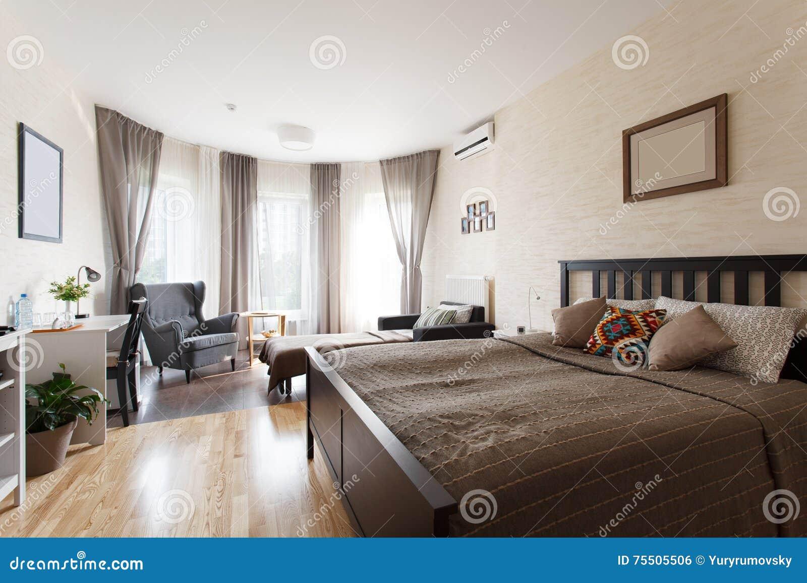 Skandinavisches Schlafzimmer Mit Grossem Fenster Stockfoto Bild Von