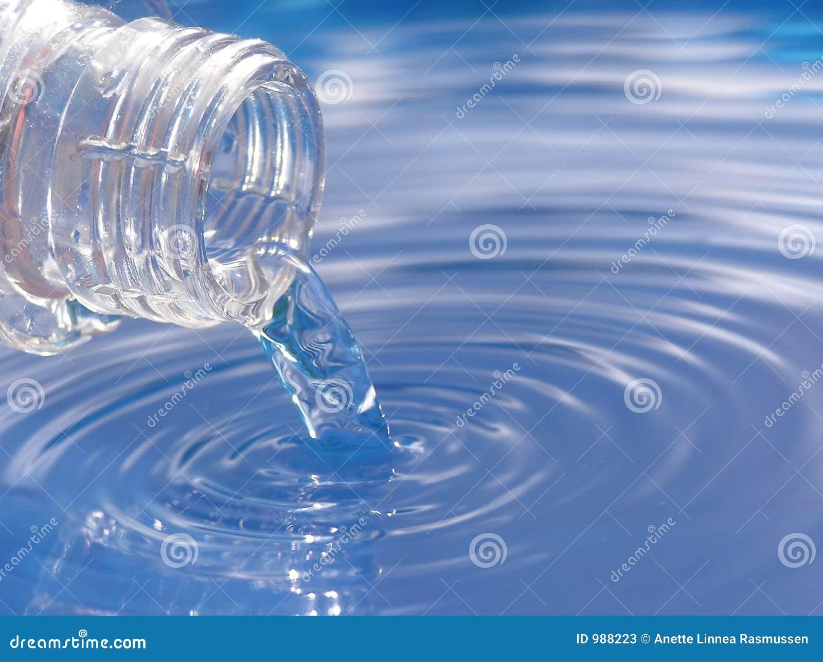 Skapa det hällda nya damm ripples vatten