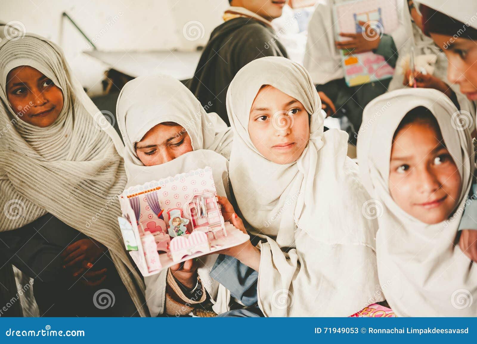 SKARDU, ПАКИСТАН - 18-ОЕ АПРЕЛЯ: Неопознанные дети в деревне на юге  Skardu учат в классе