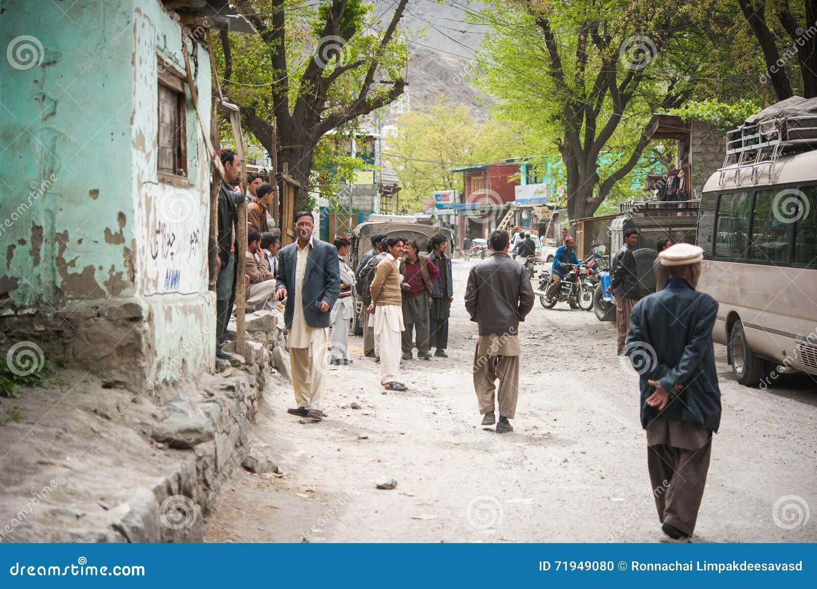 SKARDU, ПАКИСТАН - 18-ОЕ АПРЕЛЯ: Неопознанный человек 2 в деревне на юге  Skardu, 18-ое апреля 2015 в Skardu, Пакистане