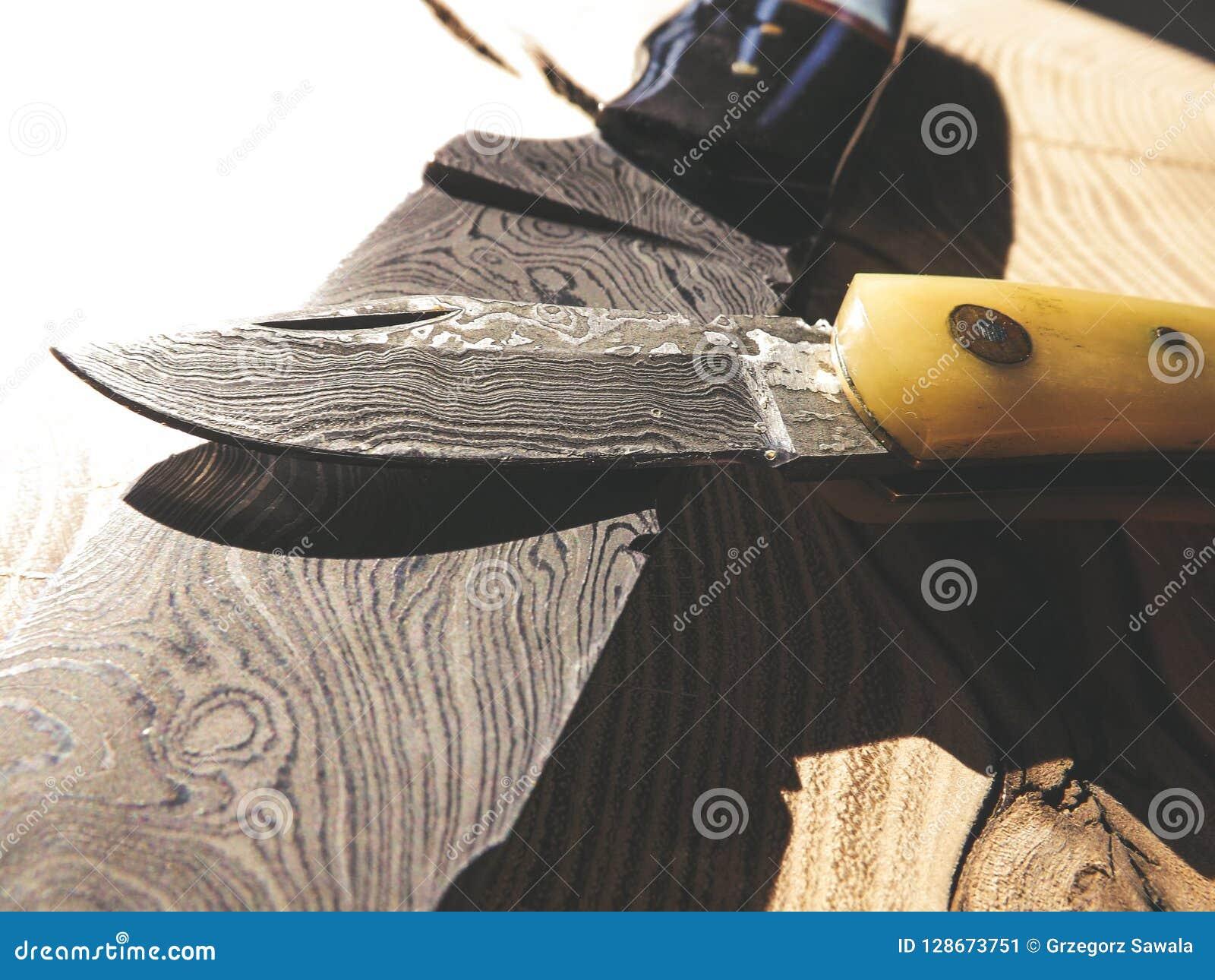 Skarpa knivar för damascus stål på träbakgrund