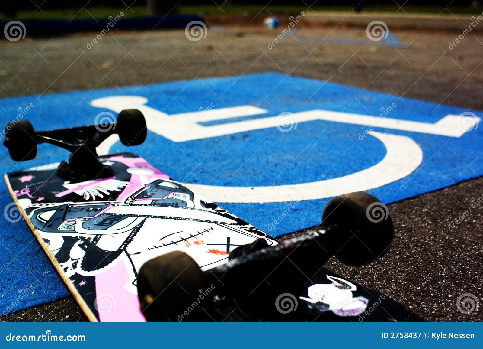 Skateboarder andicappato