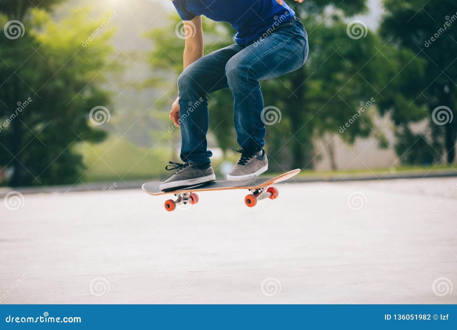 Skateboarder die in openlucht met een skateboard rijden