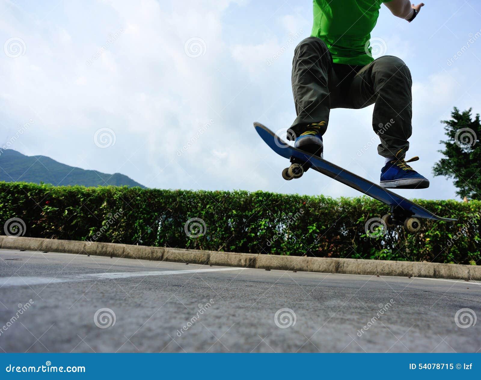 Skateboarder met een skateboard rijdend bij stad