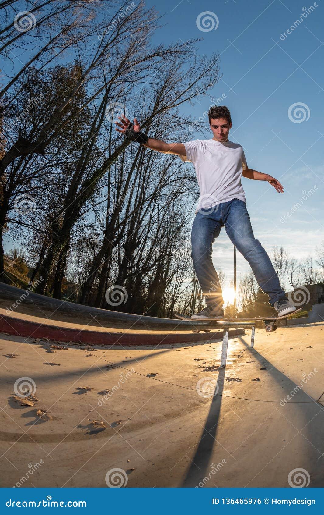 Skateboarder su uno scorrevole del bordo