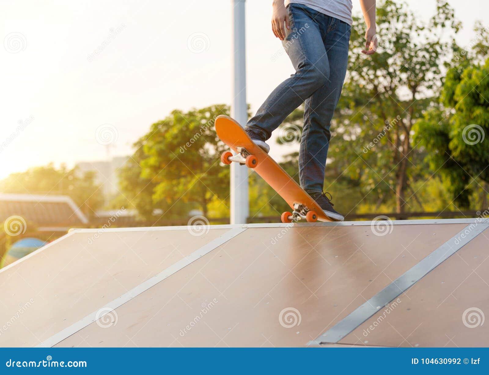 Download Skateboarderbenen Die Op Skatepark Met Een Skateboard Rijden Stock Foto - Afbeelding bestaande uit leisure, stad: 104630992
