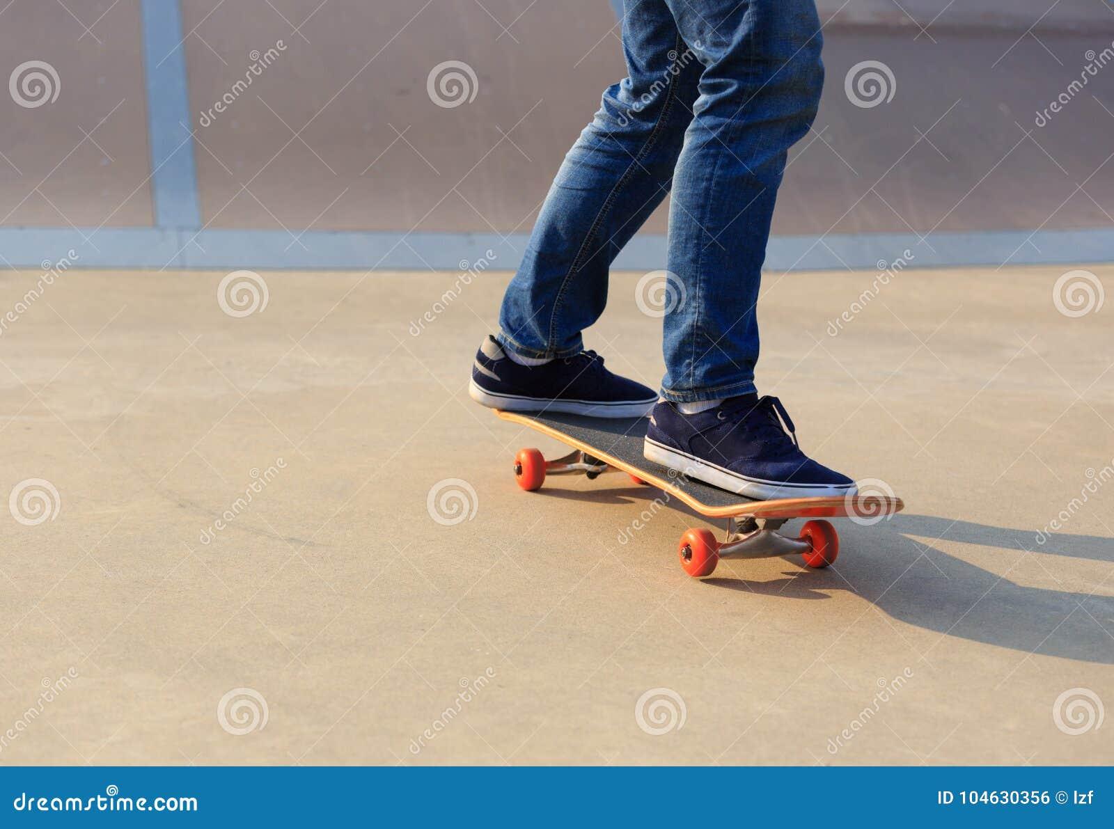 Download Skateboarderbenen Het Met Een Skateboard Rijden Stock Foto - Afbeelding bestaande uit rood, vleet: 104630356