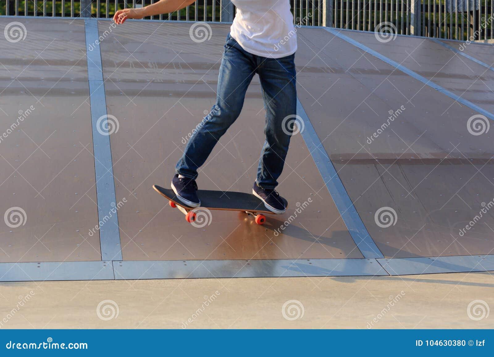 Download Skateboarderbenen Het Met Een Skateboard Rijden Stock Foto - Afbeelding bestaande uit zwart, hipster: 104630380