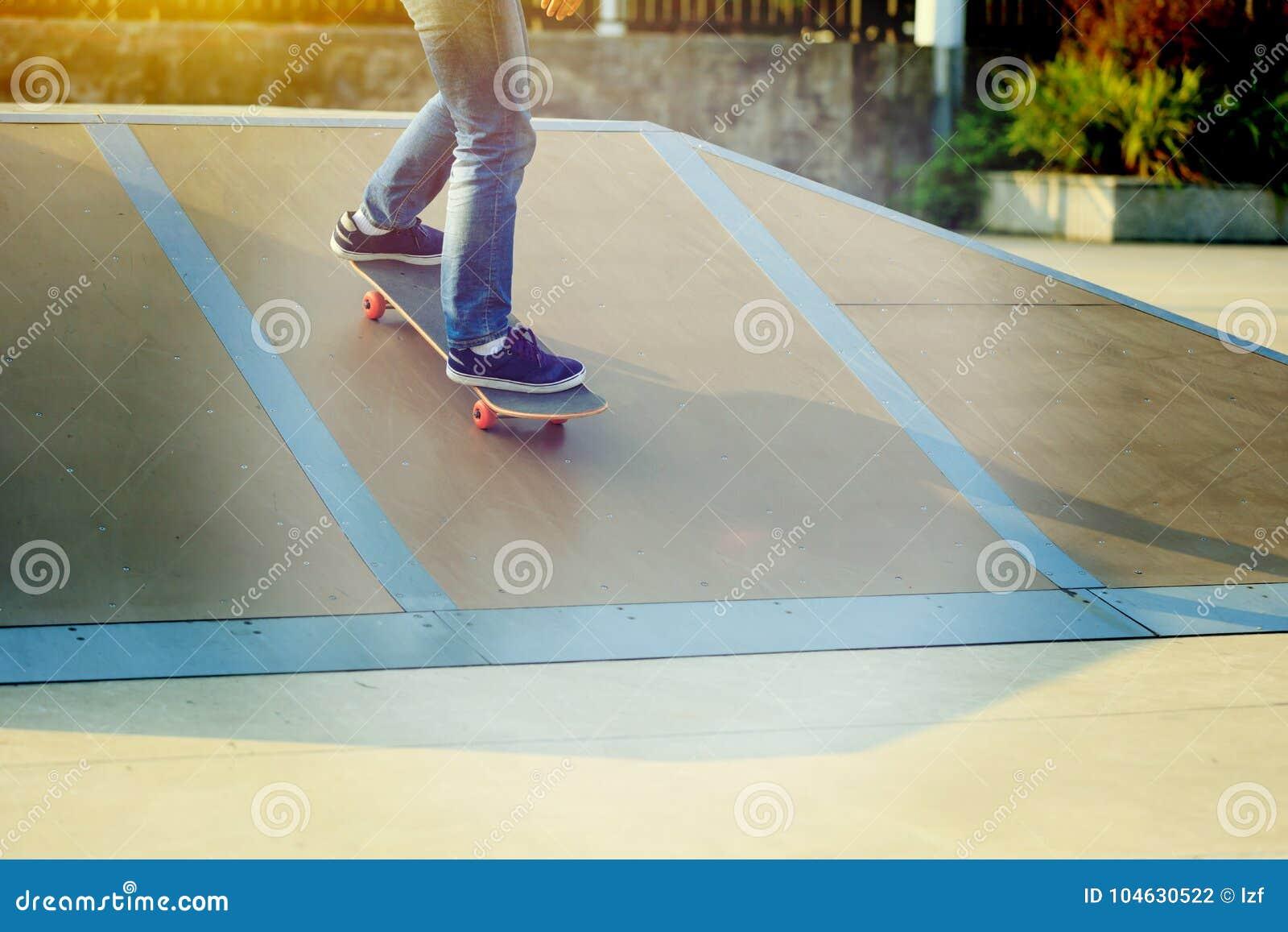 Download Skateboarderbenen Het Met Een Skateboard Rijden Stock Foto - Afbeelding bestaande uit praktijk, oefening: 104630522