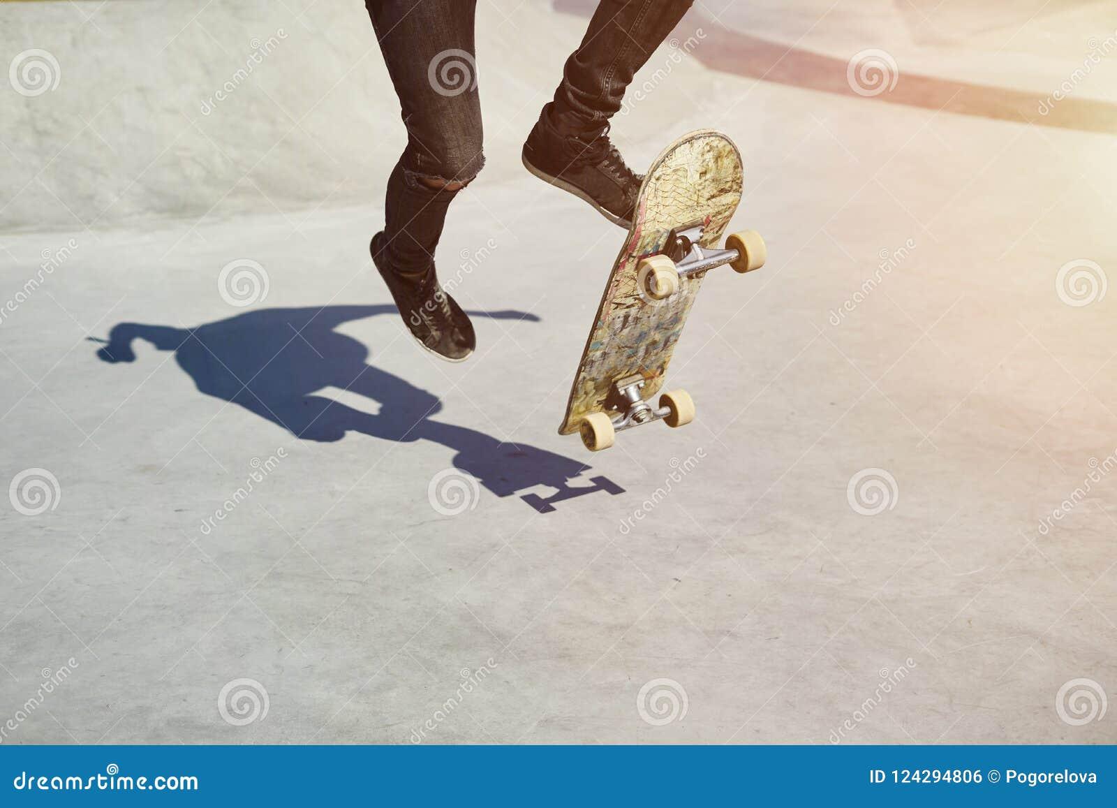 Skateboardfahrer, der einen Trick in einem Rochenpark, Praxisfreistil-Extremsport tut