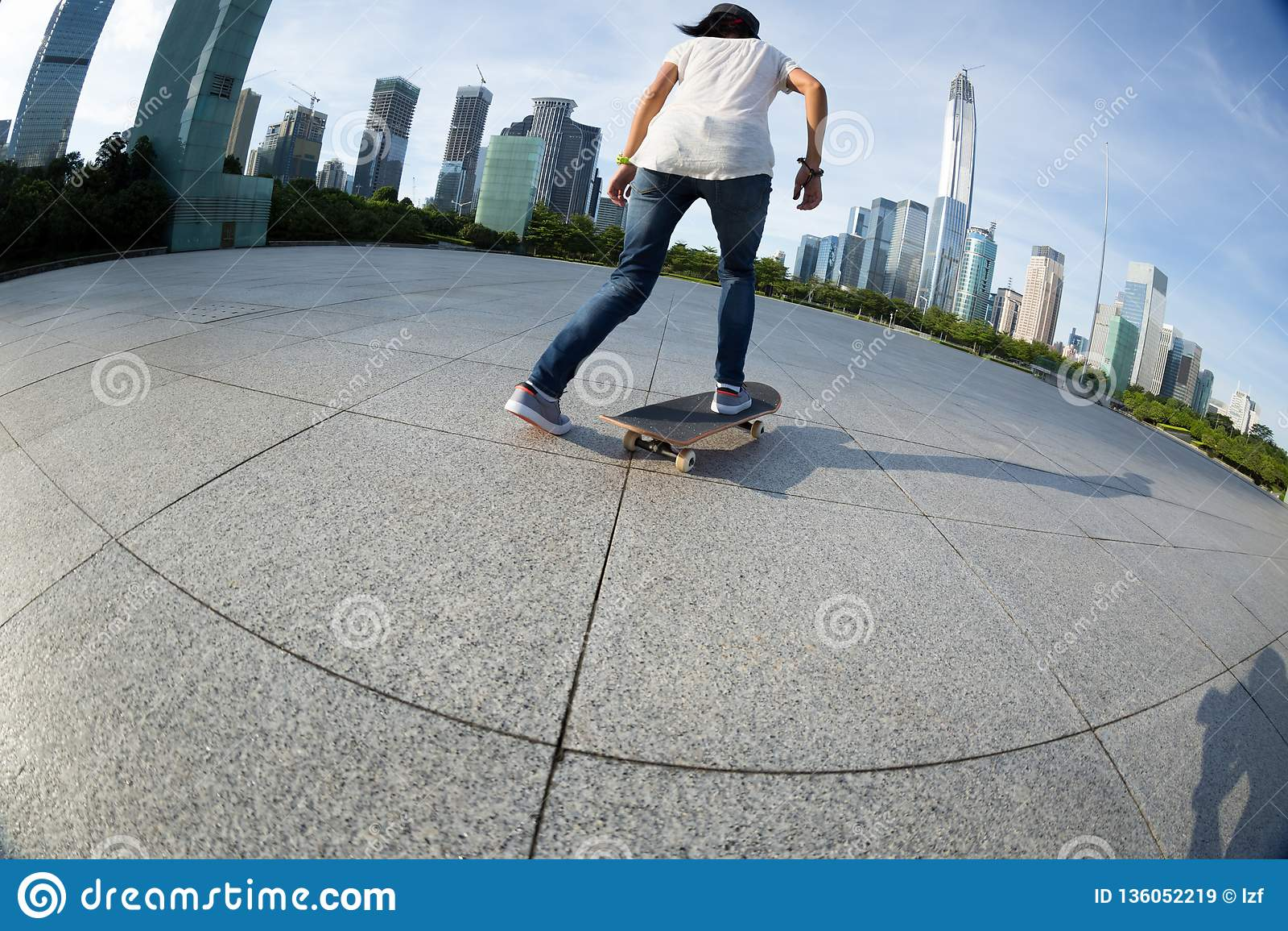 Skateboarding на городе восхода солнца