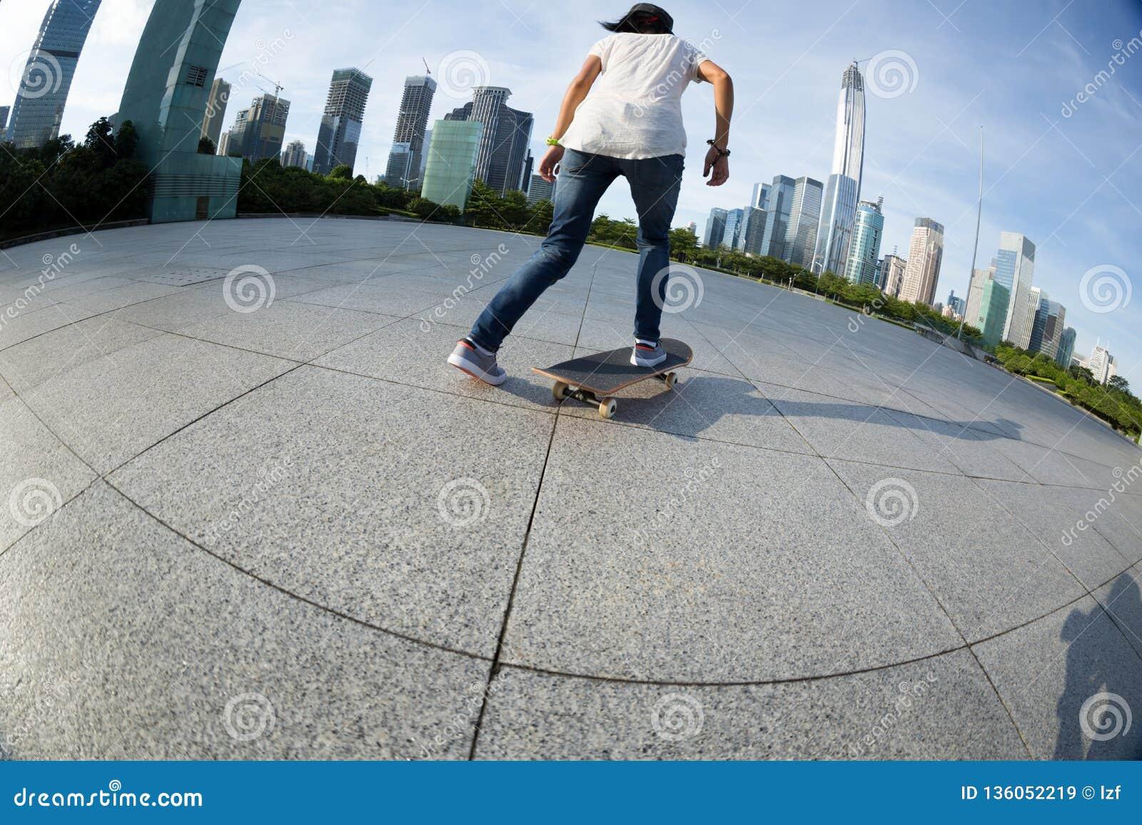 Skateboarding på soluppgångstaden