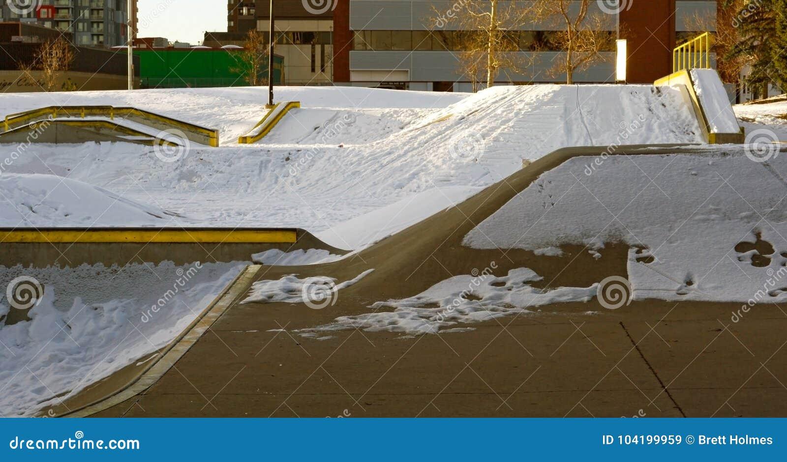 Skatepark en hiver avec la neige