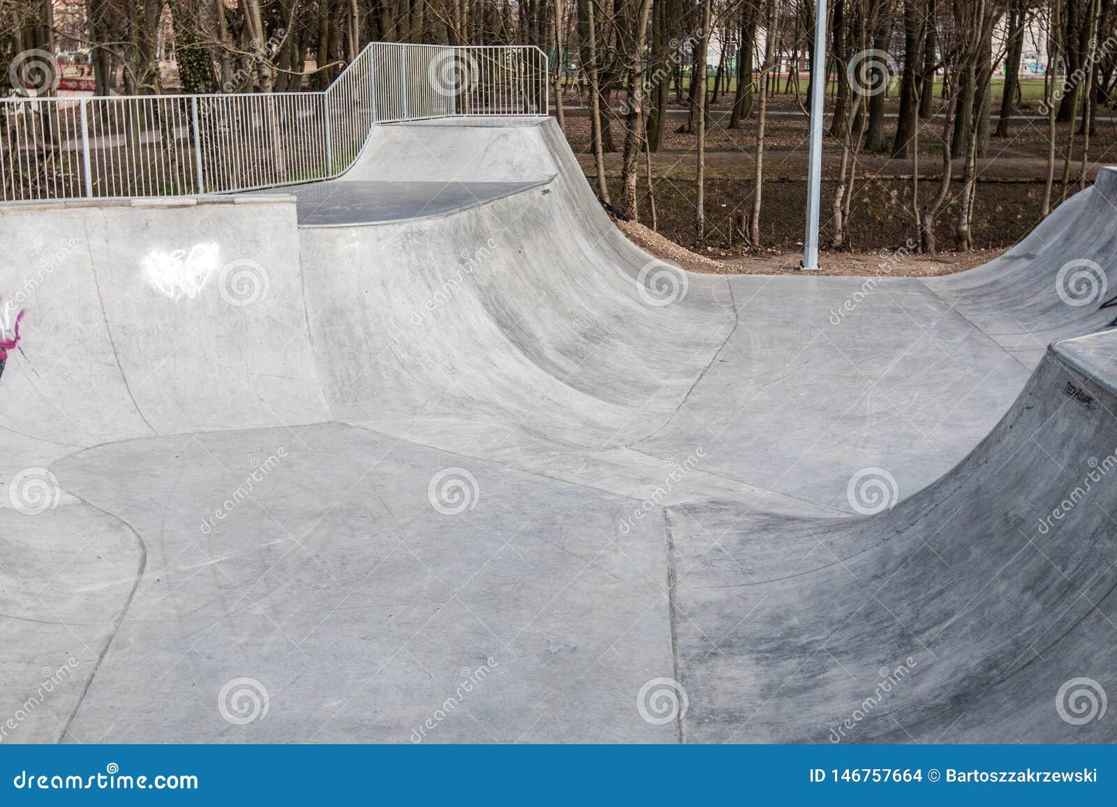 Skatepark fez de concreto com grafittis