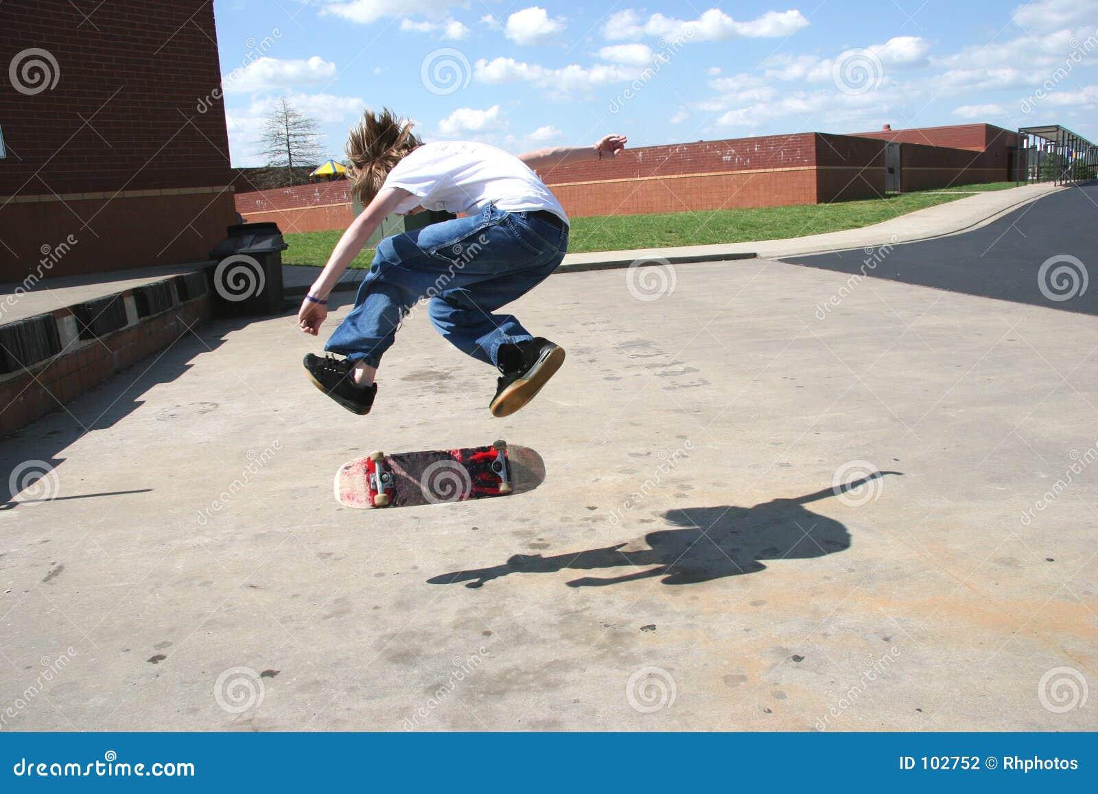 Skater bravo que faz a aleta 360