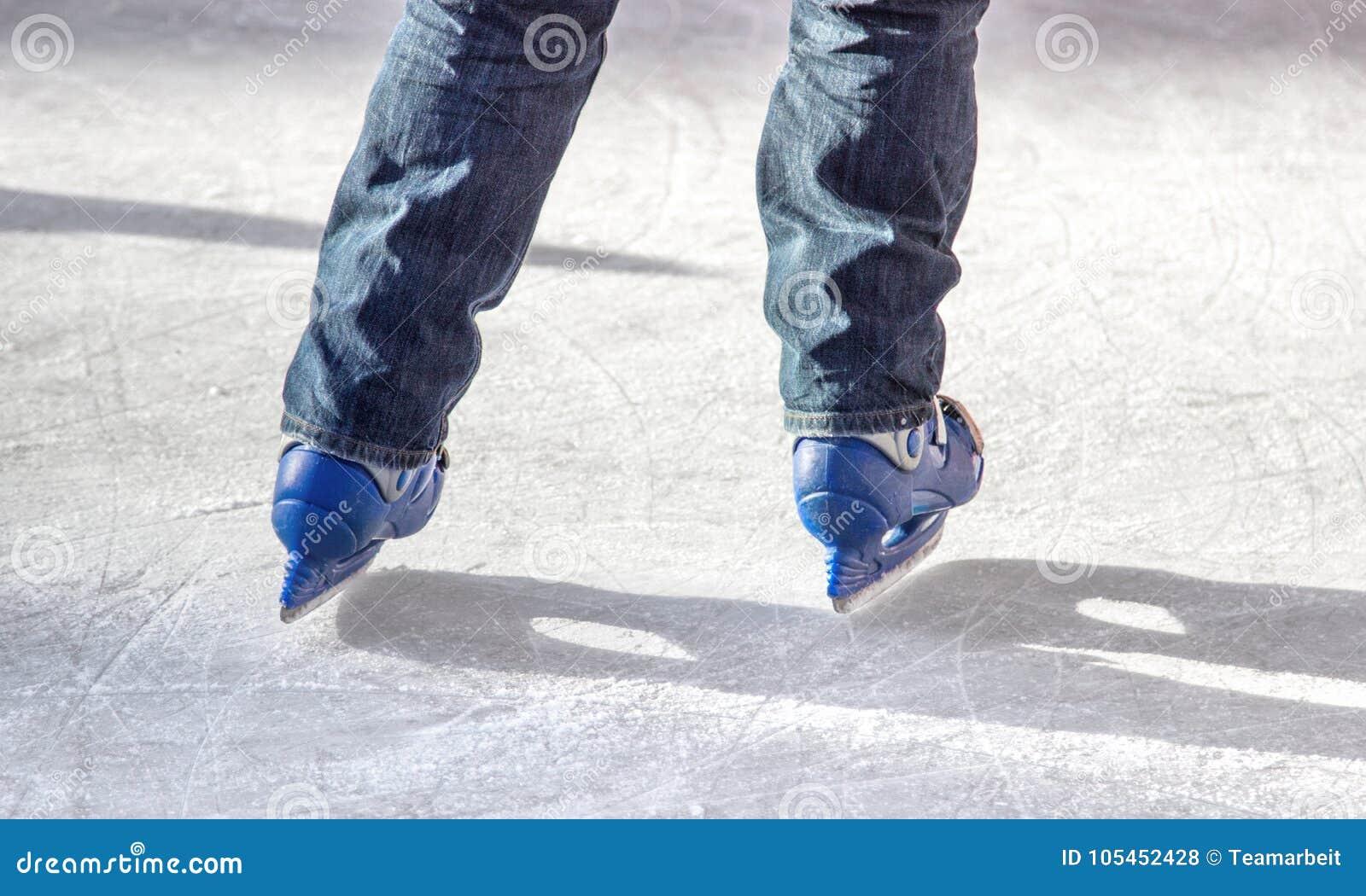 Skater de gelo com patins azuis
