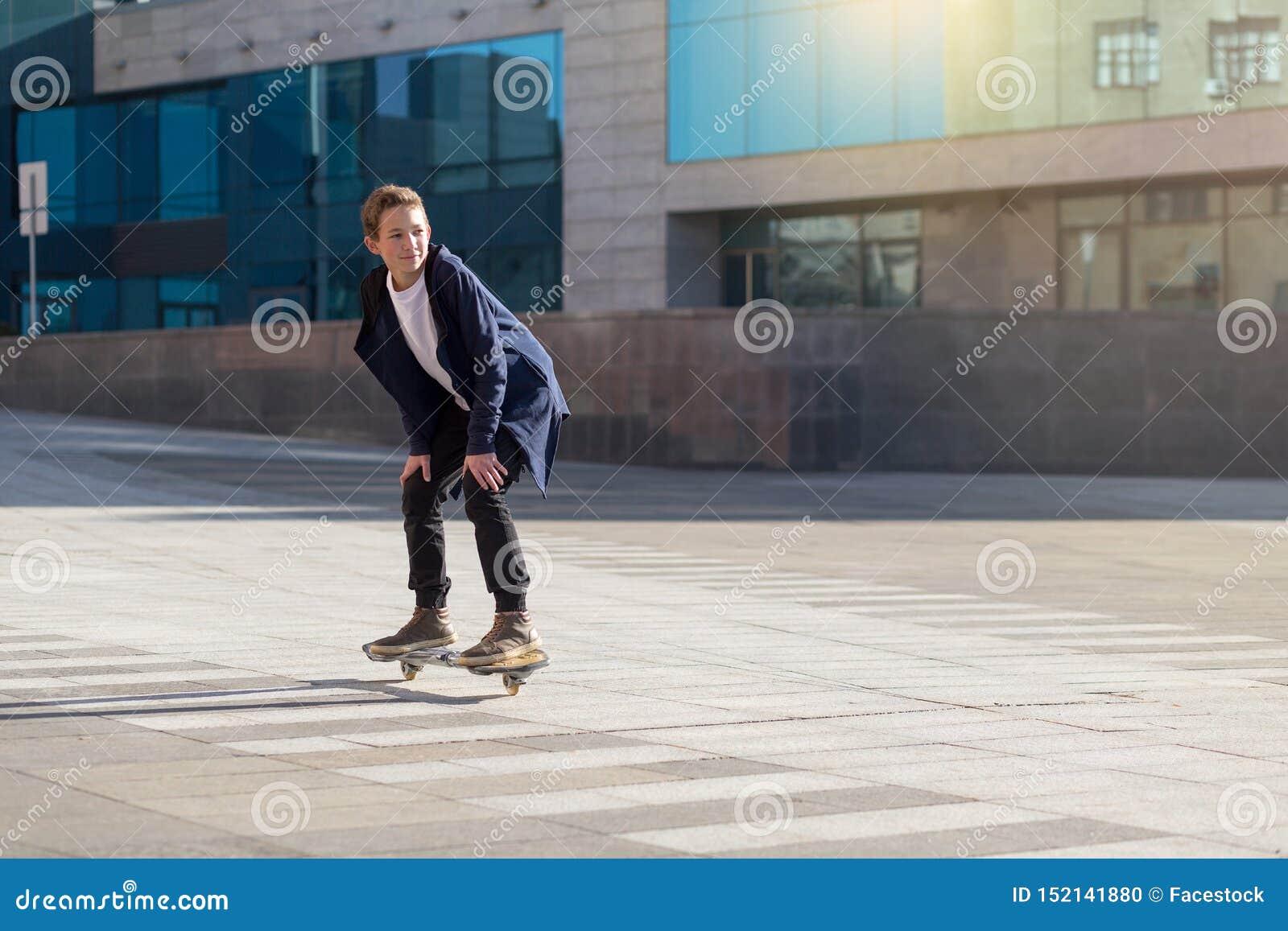Skater joven en la calle en una mudanza del longboard