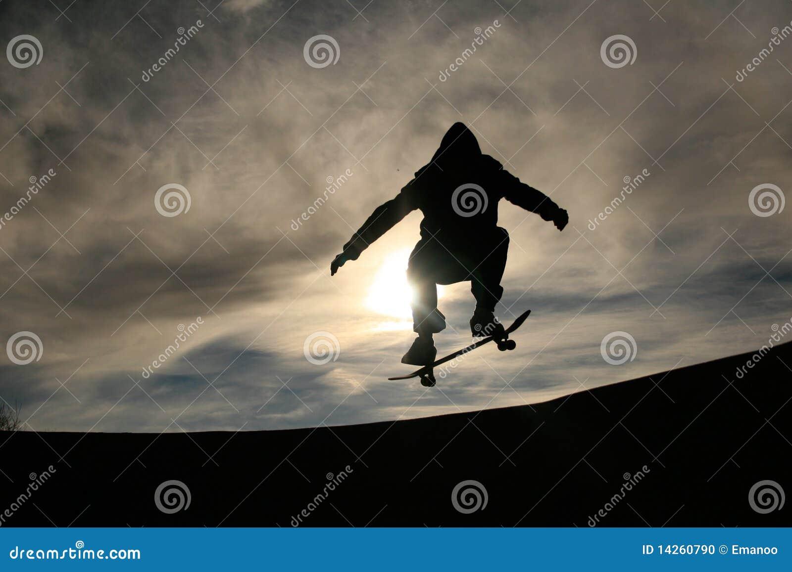 Skater que faz o ollie no por do sol