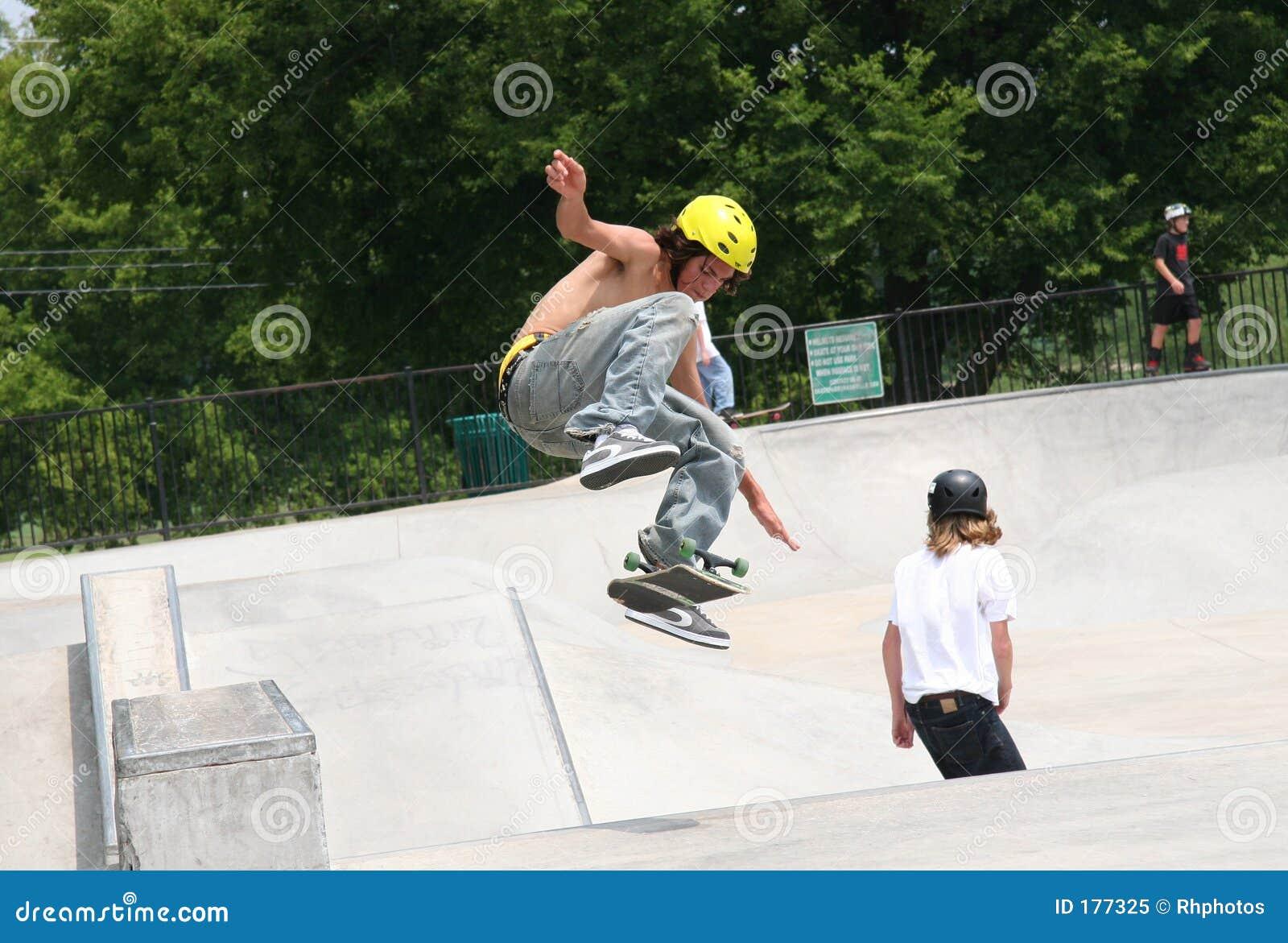Skater que mueve de un tirón a la tarjeta