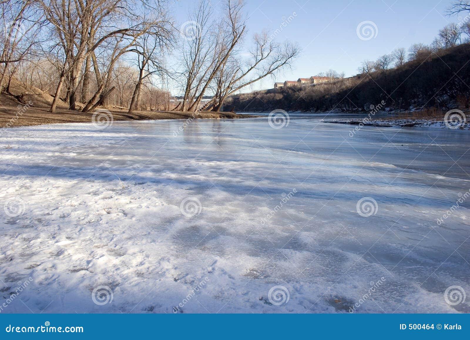Skattskyldig flödande flod för M minneapolis mississippi