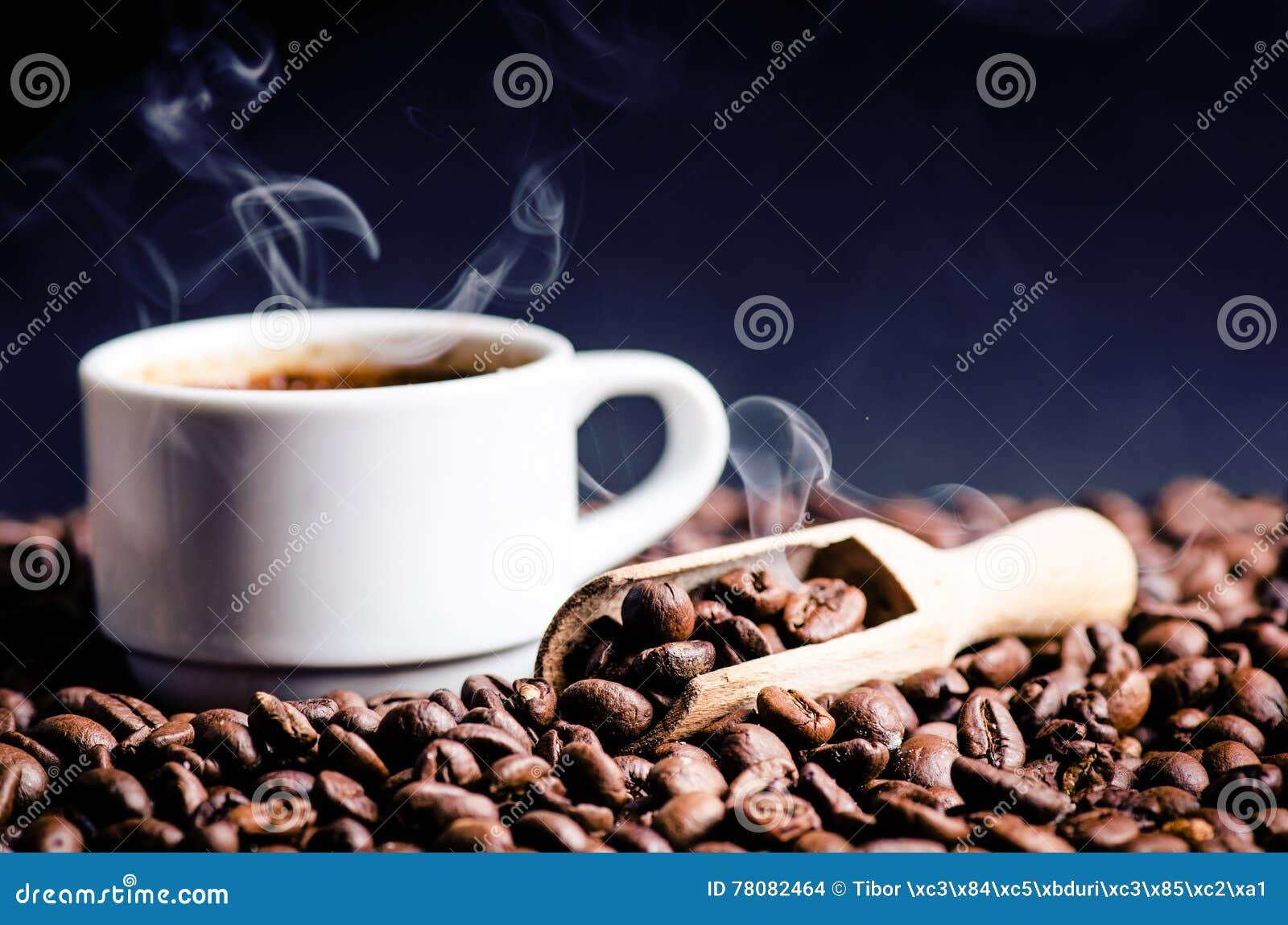 Sked av kaffebönor Bakgrund Energi rått bönakaffe Grained produkt varm drink close upp plockning Naturlig bakgrund