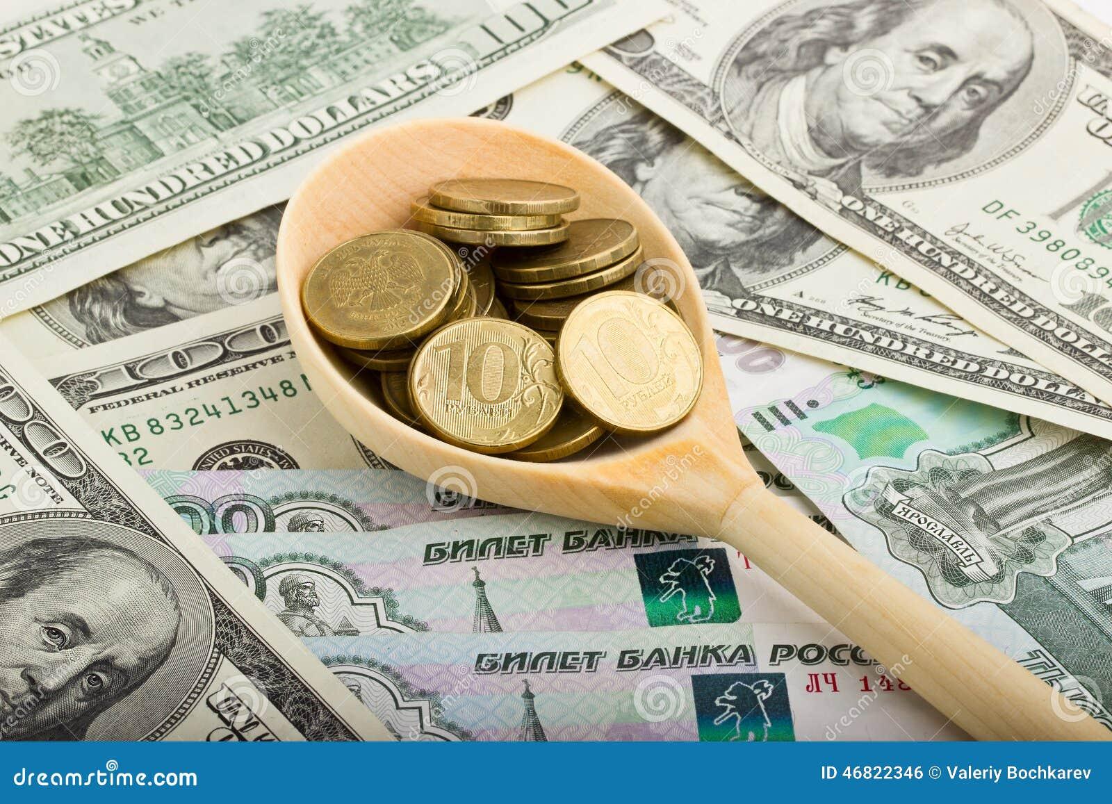 Sked med mynt på en bakgrund av pengar