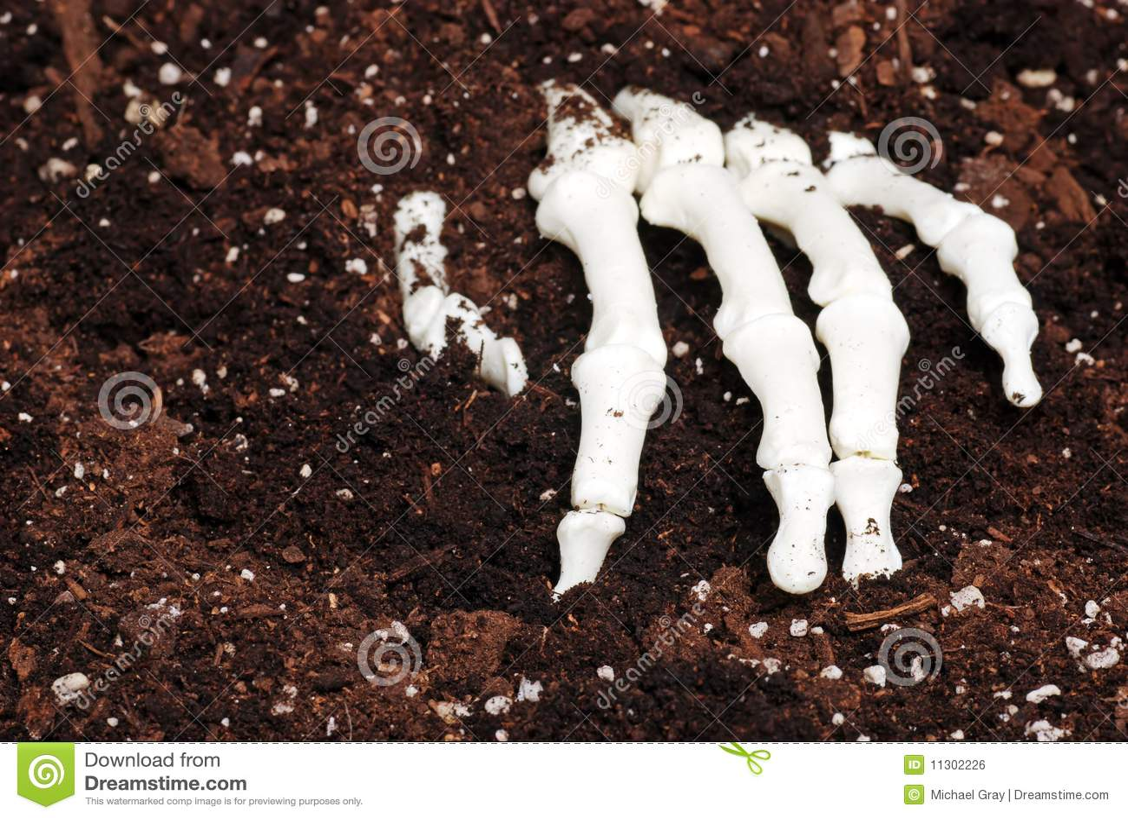 Skeleton Hand im Schmutz
