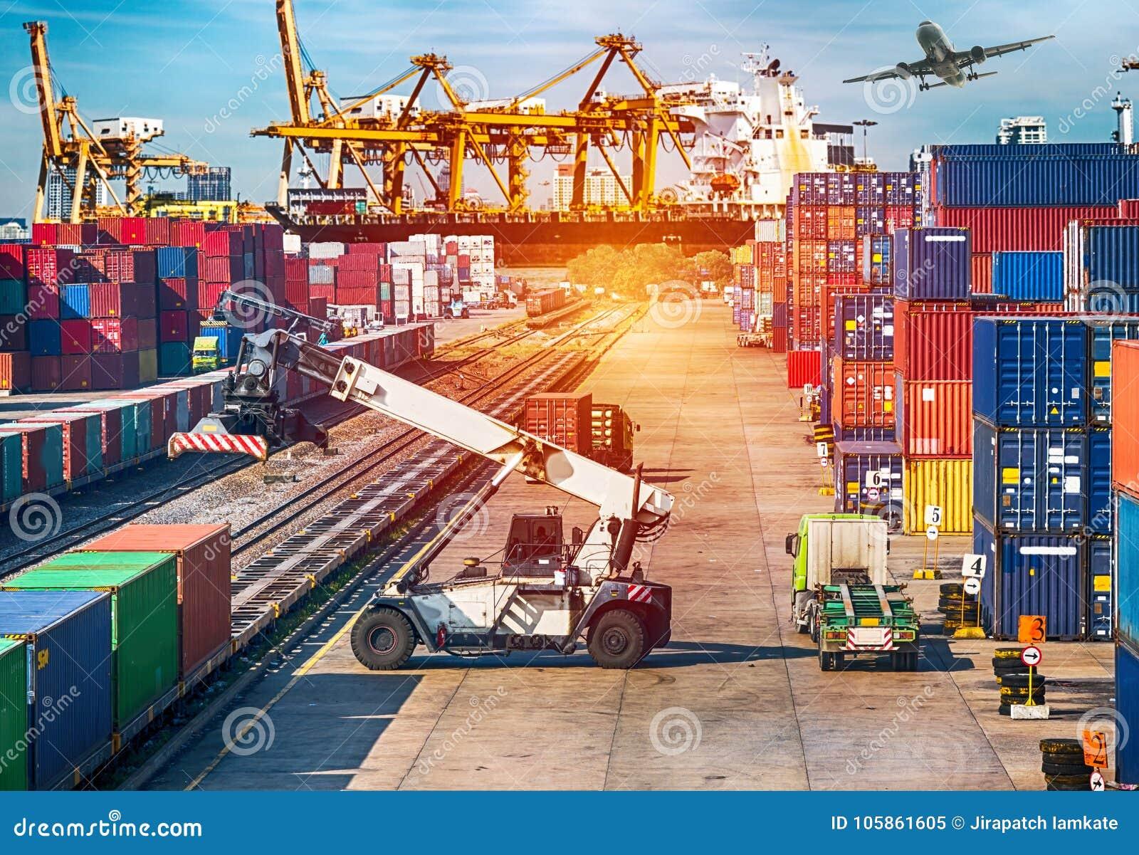 Skepp, nivå, lastbil och drev för begrepp för affärslogistik för Logi