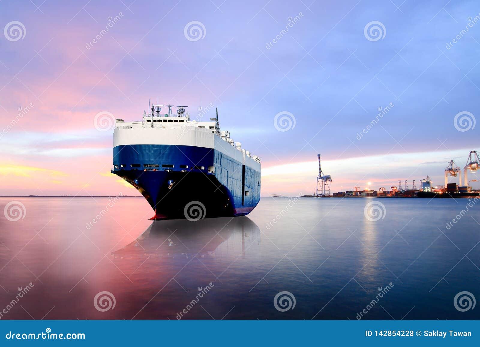 Skepp som förtöjer i skeppet för havsbärare, behållareskepp i exporten, import