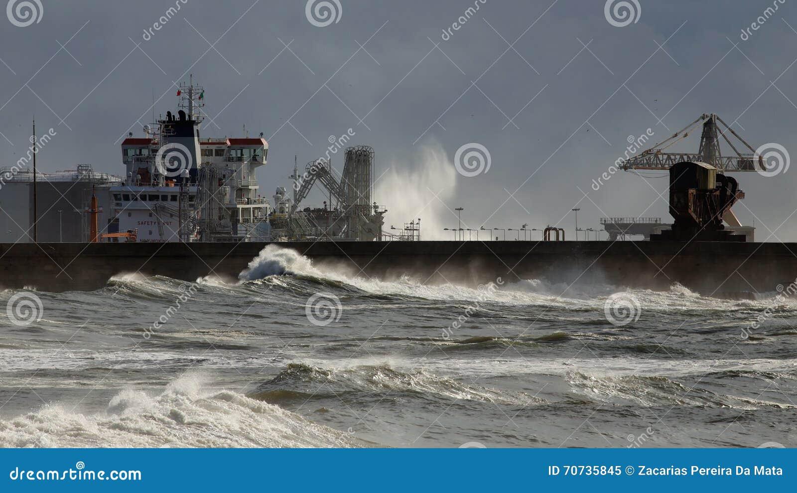 Skepp som lastar av kemikalieer