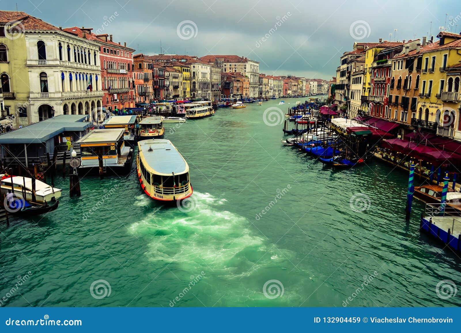 Skepp som seglar på Grand Canal italy venice