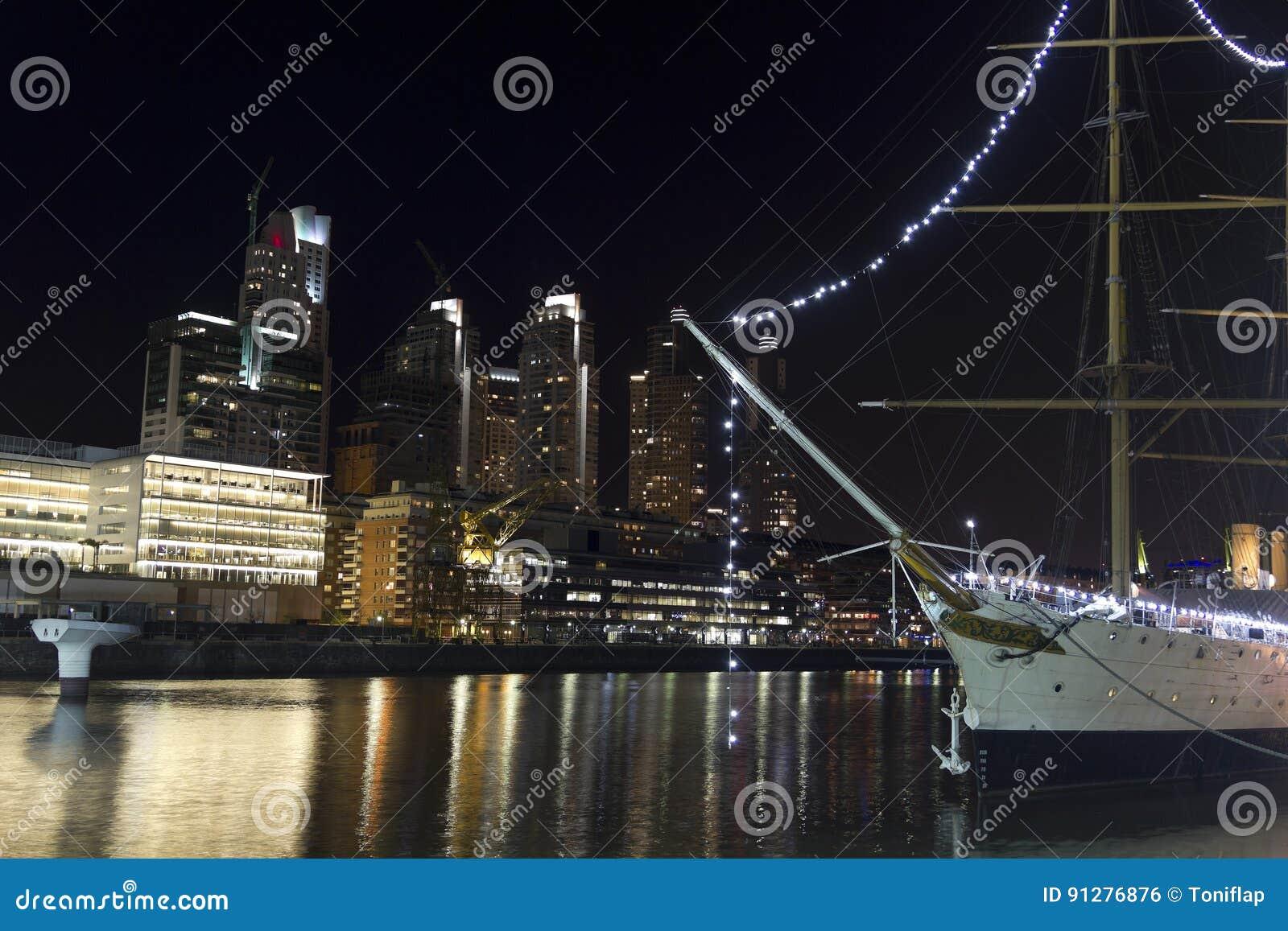 Skepp vid natt i Buenos Aires Skymning i den Puerto Madero neighborghoen