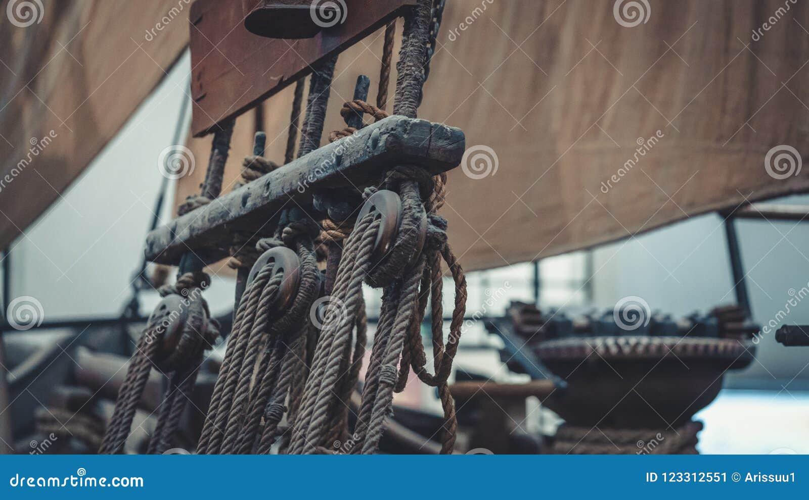 Skeppmasten och det bundna repet hissar