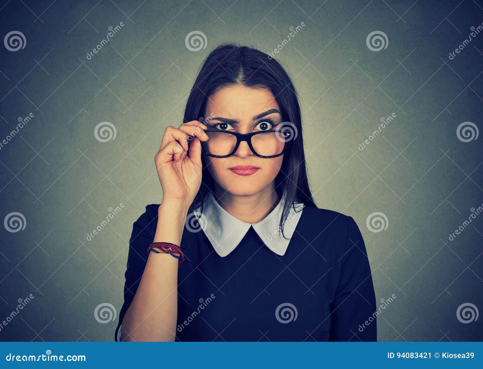 Skeptisk svartsjuk kvinna som ser kameran