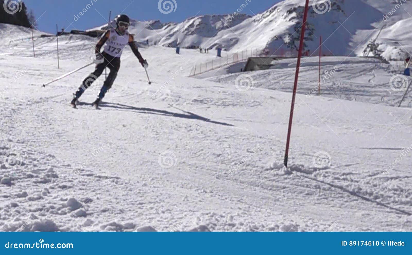 Ski Challenge slalom på den berömda italienaren skidar semesterorten arkivfilmer