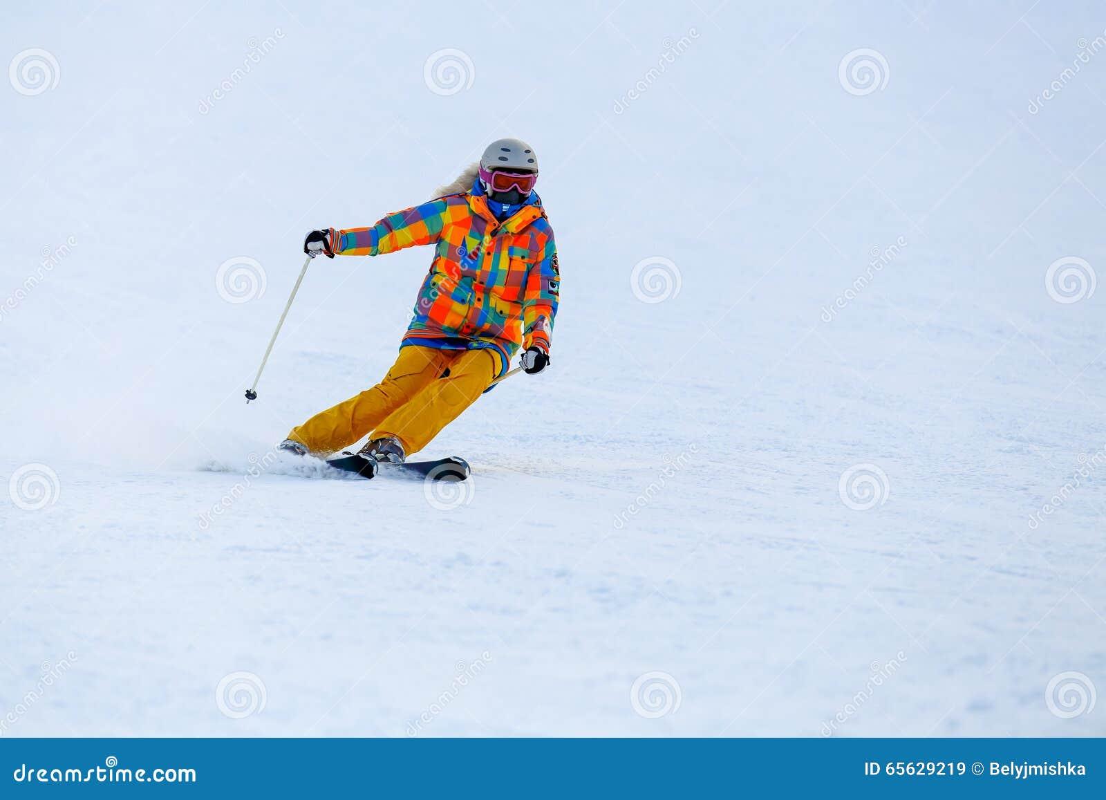 Ski de skieur dans la neige fraîche sur la pente de ski