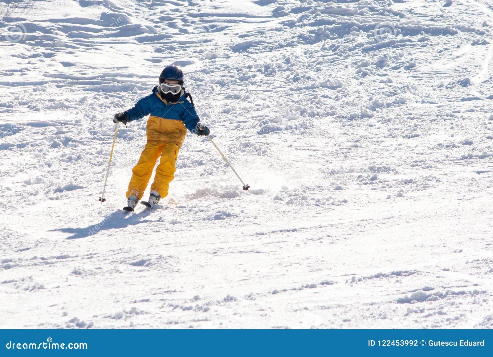 Ski, sneeuw, zon en pret met jonge geitjes op een sneeuwspoor, kind op ski