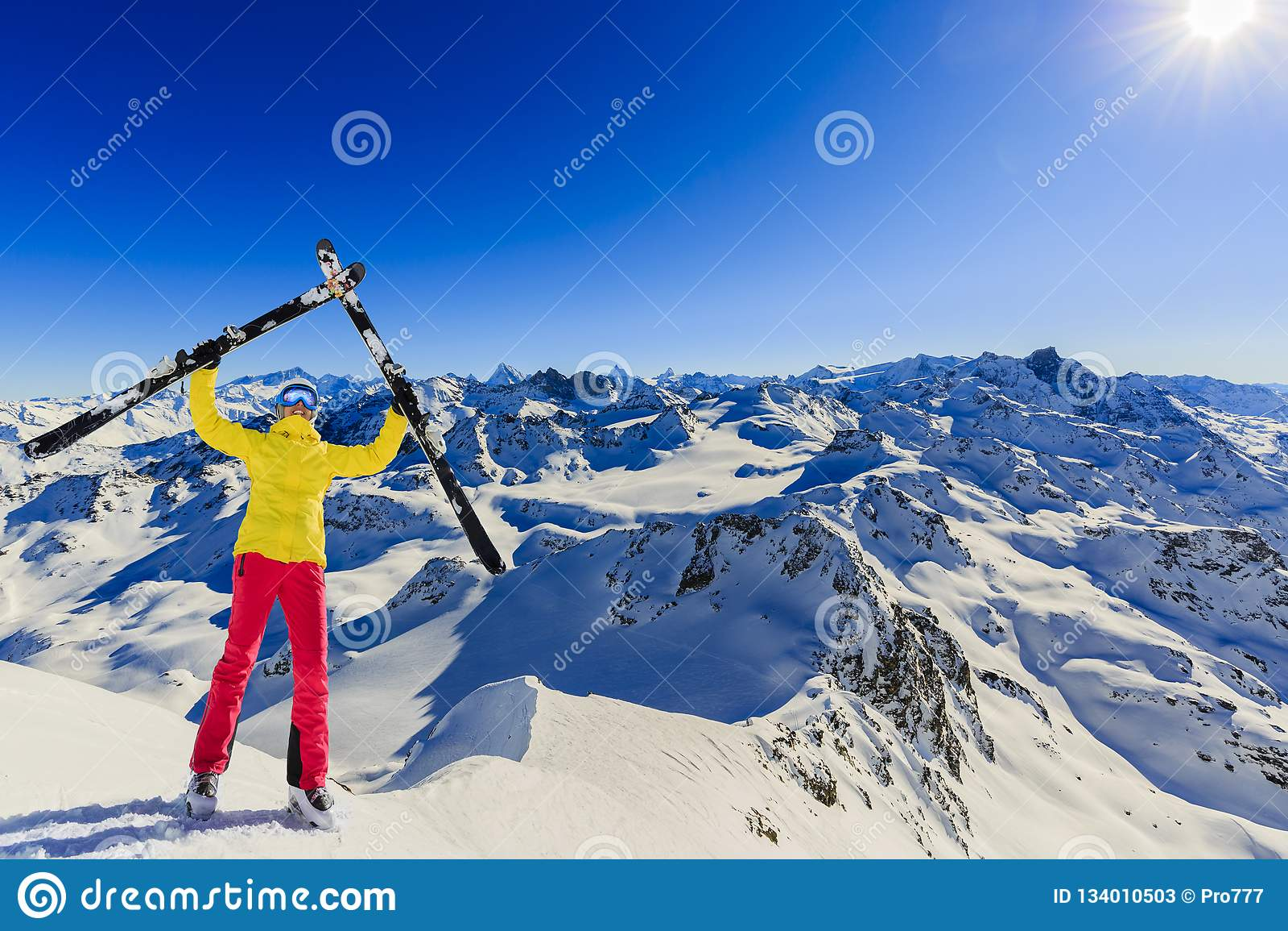 Ski in wintertijd, bergen en ski die backcountry equi reizen