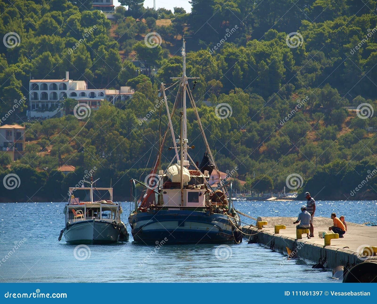 Skiathos, Grecia - pescatori sul bacino vicino ai pescherecci